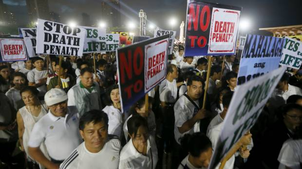 Thousands of Philippine Catholics attend 'show of force' against Duterte's war on drug