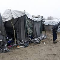 Asylum-seekers in Hungary face detention in border container camps