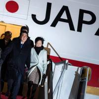 Abe arrives in U.S. for first summit with Trump, hoping to boost ties