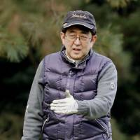 Prime Minister Shinzo Abe plays a round of golf in Chigasaki, Kanagawa Prefecture, on Dec. 29, 2016. | KYODO