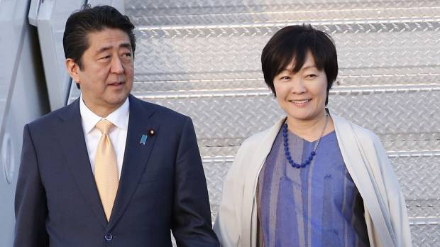 Prime Minister Shinzo Abe and his wife, Akie, exit Air Force One after arriving in Florida with U.S. President Donald Trump on Feb. 10.