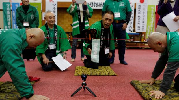 Men hold Aomori spa competition to fete their baldness