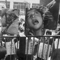 Niigata Minamata disease victims protest in front of the health ministry building in Tokyo in May 1970. | KYODO