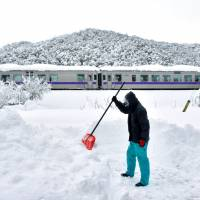 Biggest snowfall since '84 leaves one man dead, hundreds of vehicles stuck in Tottori