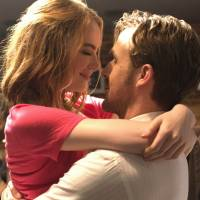 Musical dreamers: Japanese critics expect 'La La Land' to do well in this country. | EW0001: SEBASTIAN (RYAN GOSLING) AND MIA (EMMA STONE) IN LA LA LAND. PHOTO COURTESY OF LIONSGATE. © 2017 SUMMIT ENTERTAINMENT, LLC. ALL RIGHTS RESERVE