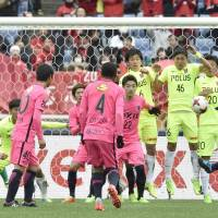 Kashima's Yasushi Endo scores on a free kick against Urawa in the first half on Saturday in the Fuji Xerox Super Cup at Yokohama's Nissan Stadium. Antlers won 3-2. | KYODO