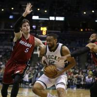 Bucks' Parker hurts left knee again, out for year