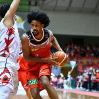 San-en's Josh Childress drives to the basket during Saturday's road game against Nagoya. Childress scored 34 points in the NeoPhoenix's 93-88 win over the Diamond Dolphins. | B. LEAGUE