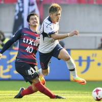 Tokyo's Yoshito Okubo (right) competes against Kashima midfielder Mitsuo Ogasawara  during their game on Saturday. | KYODO