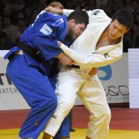 Kentaro Iida unleashes a throw to Cyrille Maret of France during the final of men's 100-kg division of the Grand Slam on Sunday in Paris. | KYODO