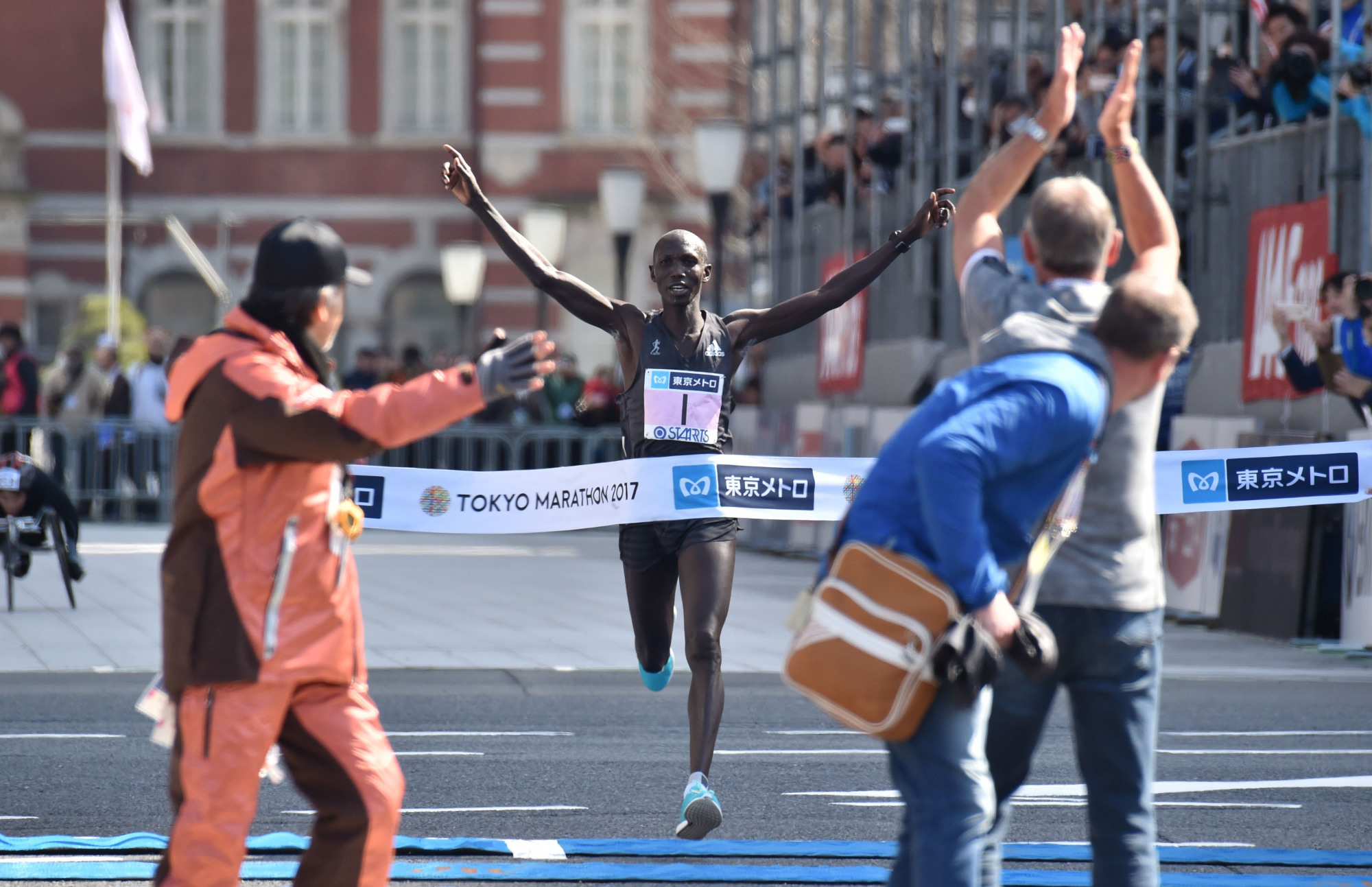 Kenya's Wilson Kipsang approaches the finish line for the Tokyo Marathon in front of Tokyo Station on Sunday. | AFP-JIJI
