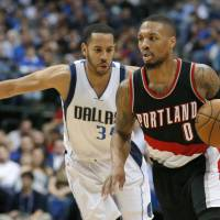 Blazers shine late in win over Mavs