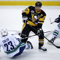 Pens' Crosby gets 999th career point