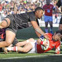 The Sunwolves' Fumiaki Tanaka scores a second-half try against the Top League All-Stars during an exhibition match on Saturday at Mikuni World Stadium in Kitakyushu. The Sunwolves won 24-12. | KYODO