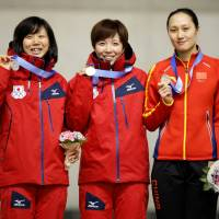 Gold medalist Nao Kodaira (center), runner-up Miho Takagi (left) and bronze medalist Zhang Hong pose with their medals after the women's 1,000-meter speedskating final. | REUTERS