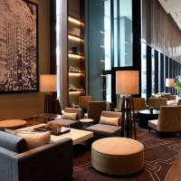 The spacious, high-ceilinged lounge on the 22nd floor offers guests a tranquil space to unwind during their stay. | SATOKO KAWASAKI