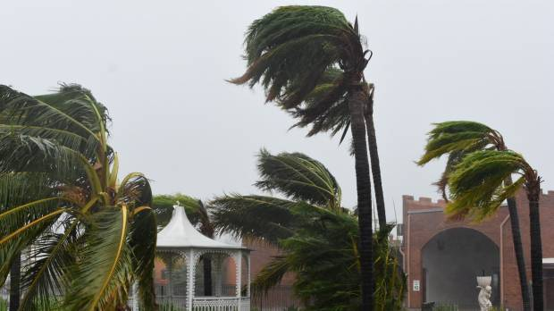 Thousands take shelter as 'screaming, howling' Cyclone Debbie whips north Australia