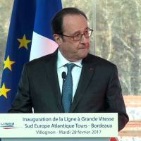 Two injured as police accidentally fires gun during Hollande speech