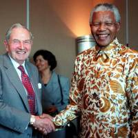 South African President Nelson Mandela meets David Rockefeller after a 1998 press conference during which Mandela discussed his breakfast meeting with business leaders in Rockefeller Center in New York.   AFP-JIJI
