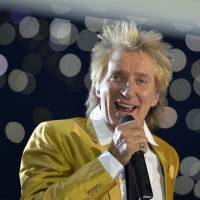 Rod Stewart apologizes over mock beheading in video