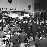 U.S. Attorney General Robert F. Kennedy and his wife, Ethel, are greeted at Haneda Airport on Feb. 4, 1962. U.S. Ambassador Edwin O. Reischauer and future Prime Minister Yasuhiro Nakasone were among the welcoming party. Kennedy was sent by his brother, U.S. President John F. Kennedy, to help mend strained U.S.-Japan ties.