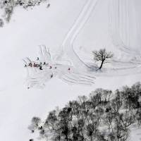 On Tuesday, the authorities continued their investigation at the site of an avalanche that killed seven high school students and a teacher on Monday in Nasu, Tochigi Prefecture. | KYODO