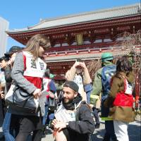 An earthquake evacuation drill that included foreign students was held in Tokyo's Asakusa tourist district Wednesday. | KYODO