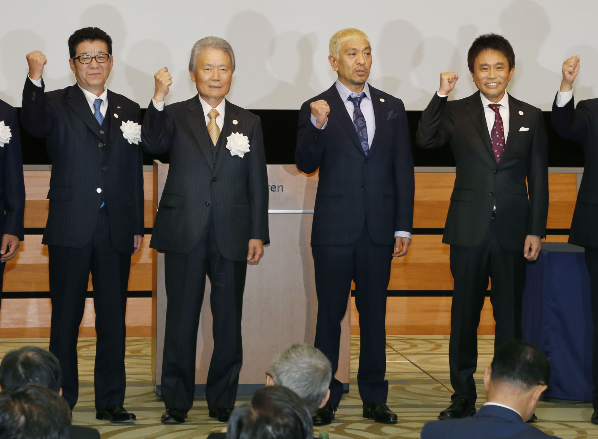 From left, Osaka Gov. Ichiro Matsui, Keidanren Chairman Sadayuki Sakakibara and Hitoshi Matsumoto and Masatoshi Hamada of the comedy duo Downtown pose for photos during a Tokyo event to launch the committee to bid for the Osaka World Exposition on Monday. | KYODO