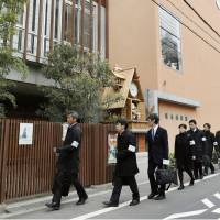 Officials from the Osaka Prefectural Government enter a kindergarten run by Moritomo Gakuen on Friday morning to investigate the school's dubious receipt of subsidies. | KYODO