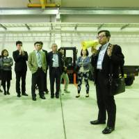 Nippon Hishiyama President Johnnie Lin briefs representatives of Taiwanese companies in the Okinawa city of Uruma in February. | THE OKINAWA TIMES