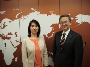 Sayuri Daimon (left), executive officer and managing editor of The Japan Times, and Yoshikazu Miyake, president of Aeon Corp.