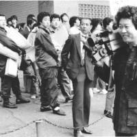 Journalist Takashi Tachibana, whose investigations led to the criminal prosecution of Tanaka in the so-called Lockheed bribery scandal, covers a Tokyo District Court ruling in October 1983, in which the ex-prime minister was sentenced to four years in prison.