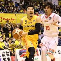 The 89ers' Masaharu Kataoka drives to the basket in the fourth quarter as the Grouses' Yu Okada defends. Sendai edged visiting Toyama 75-72. | B. LEAGUE