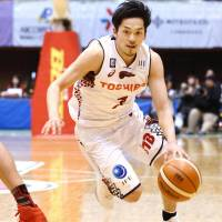 Brave Thunders guard Ryusei Shinoyama drives to the basket in the first quarter on Friday night. | B.LEAGUE / KYODO