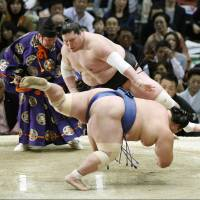 Ozeki Terunofuji overpowers Kotoshogiku on Saturday at the Spring Grand Sumo Tournament in Osaka. | KYODO