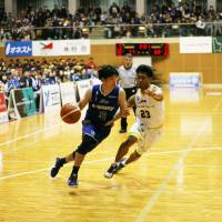 Shimane Susanoo Magic guard Jun Abe, seen in action last weekend against the Kagawa Five Arrows, is one of the first-place team's most consistent perimeter shooters. | B. LEAGUE