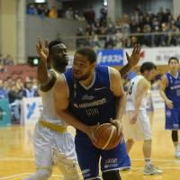 Shimane center Wayne Marshall is one of the title-chasing West Division club's veteran leaders. | B. LEAGUE