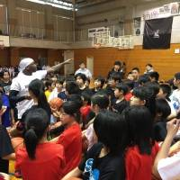 In his early 20s, Larry 'Bone Collector' Williams, seen interacting with students during his March visit to Kansai, developed a large following after showcasing his splendid skills at the famous Rucker Park in New York City. | LARRY WILLIAMS