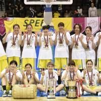 The Jx-Eneos Sunflowers celebrate after beating the Toyota Antelopes in Game 3 of the Women's Japan Basketball League Finals on Sunday at Yoyogi National Gymnasium No. 2. | KYODO