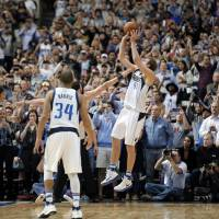 Nowitzki tops 30,000 points in Mavs victory