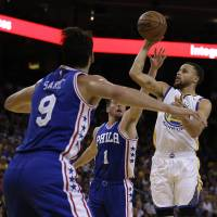 Curry persists to lead Warriors past Sixers