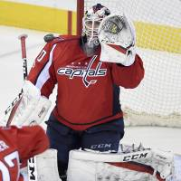 Backstrom scores late as Capitals ground Flyers