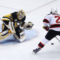Pens win, close ground on Capitals