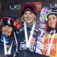 Ayana Onozuka (left) stands on the podium alongside women's halfpipe winner Cassie Sharpe (center) and bronze medalist Marie Martinod in Tignes, France, on Tuesday.   KYODO