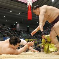 Kisenosato keeps perfect record intact