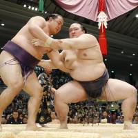Kisenosato holds nerve on day of upsets at Spring Basho