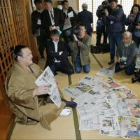 Kisenosato smiles as he meets reporters on Monday, one day after winning the Spring Grand Sumo Tournament. | KYODO