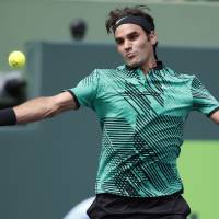Federer rolls into fourth round at Miami Open