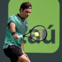 Federer battles into Miami Open semifinals