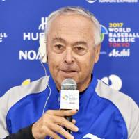 Israel manager Jerry Weinstein speaks to reporters on Saturday. | KYODO